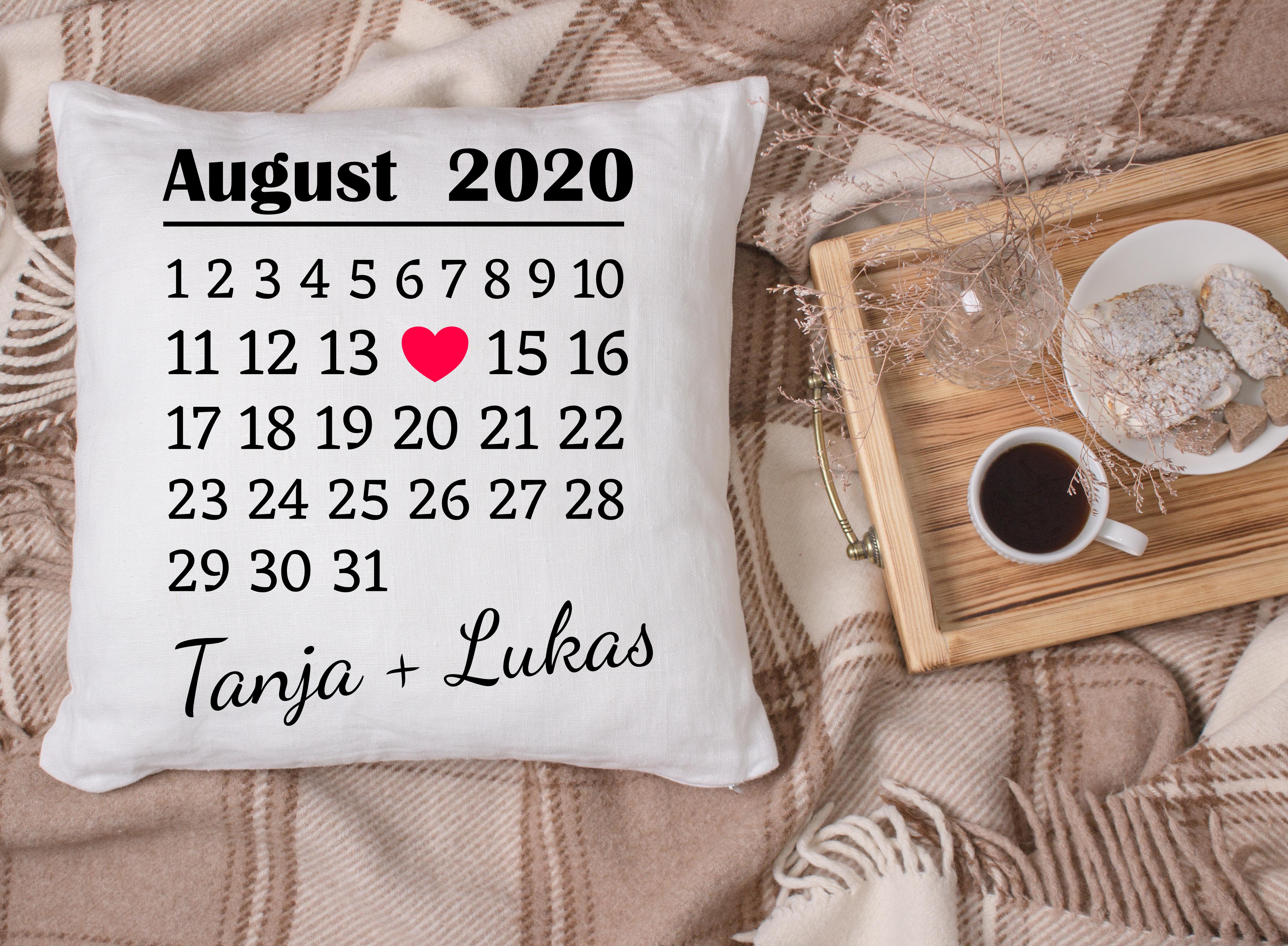 Kissen mit Markierung Datum und Namen als Liebesbeweis